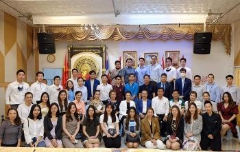ambassador visits young overseas vietnamese in thailands udon thani province