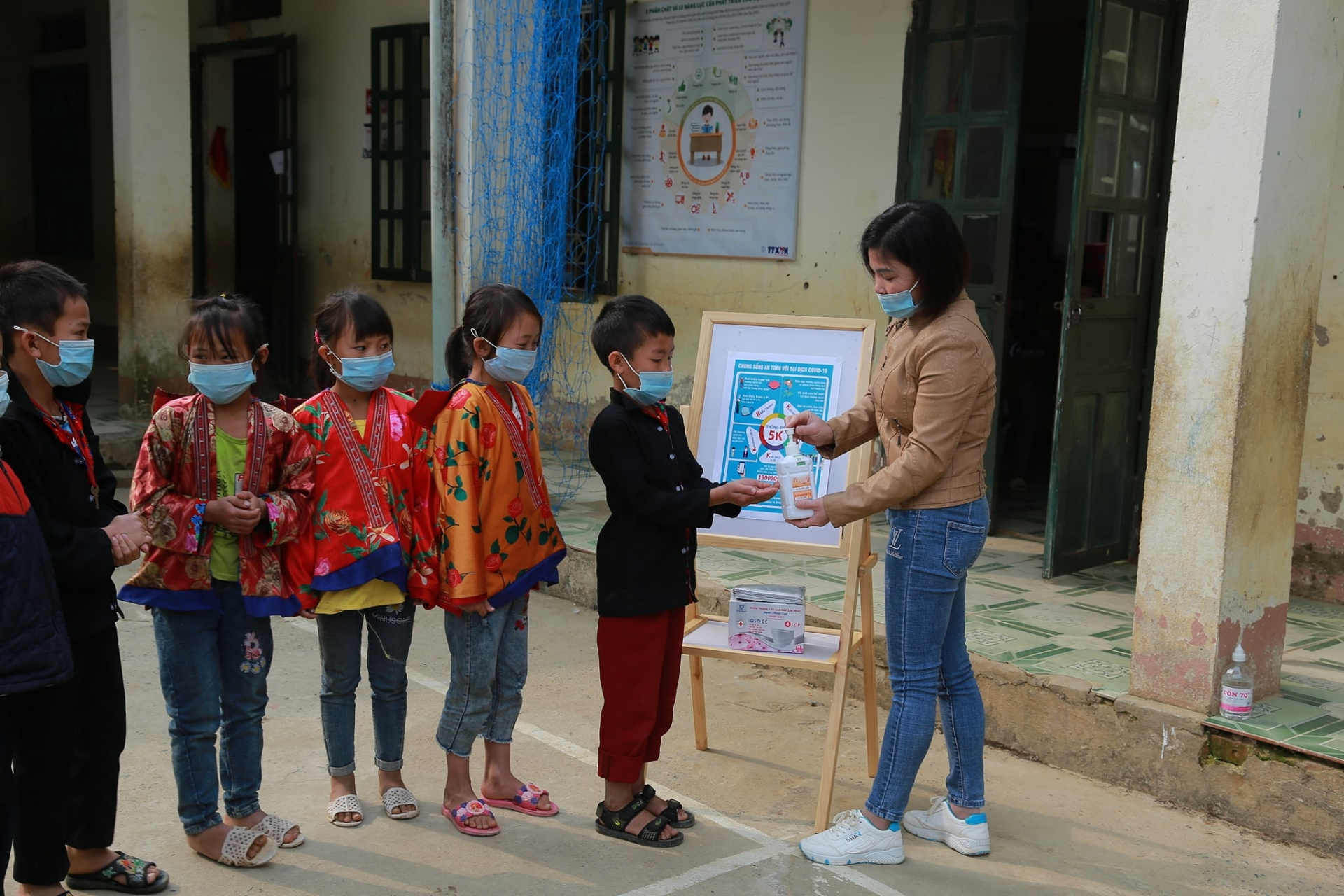 NGO present medical supplies for COVID 19 prevention to border province