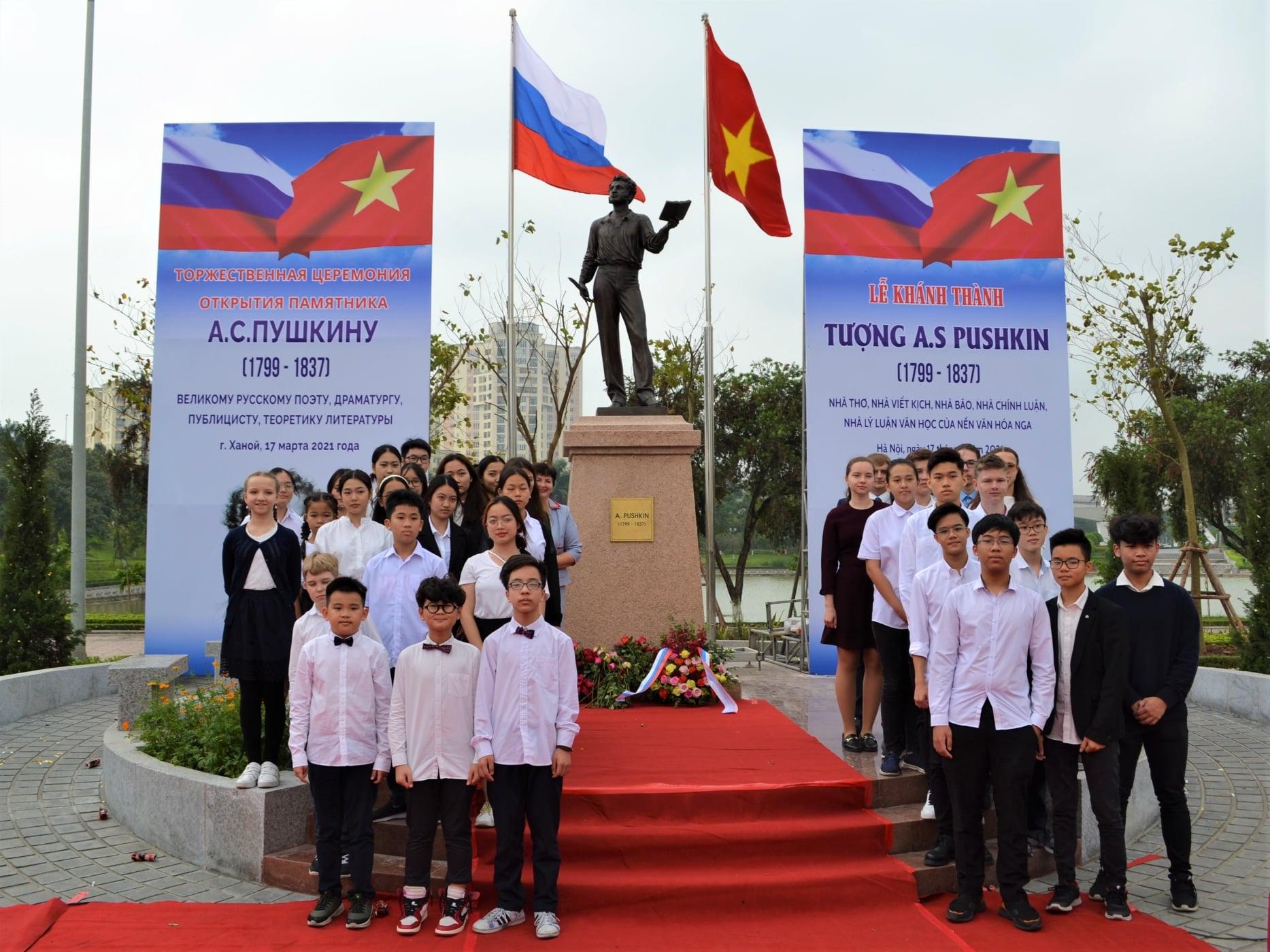Famous Russian poet Pushkin unveiled in Hanoi's park