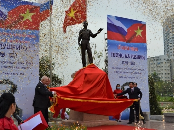 Famous Russian poet Pushkin's statue unveiled in Hanoi's park
