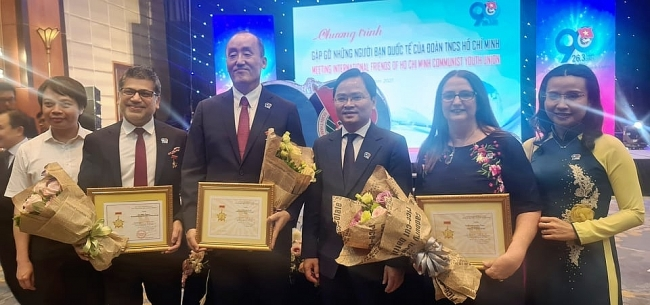 15 foreigners honoured for contributions to youth-related affairs