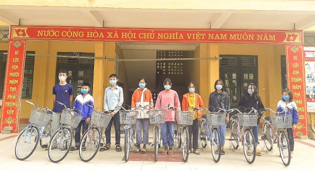 Vietnamese children offered bicycle to go to school