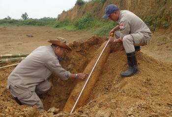 Safely remove a MK 82 aircraft bomb in Quang Binh