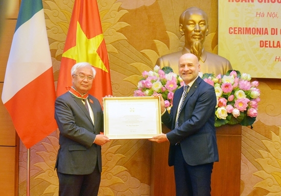 Italy's order of merit presented to vietnamese official