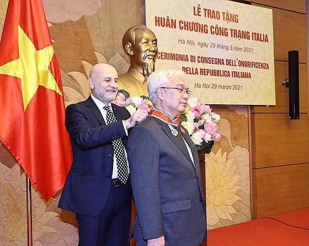 Italy's Order of Merit presented to Vietnamese NA official