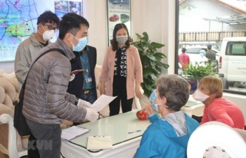 Foreigners unable to leave Vietnam due to COVID-19 allowed to extend temporary residence permit