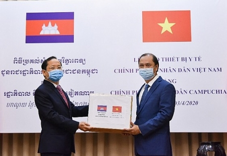 Vietnam hands over medical equipment to Laos and Cambodia for COVID-19 combat