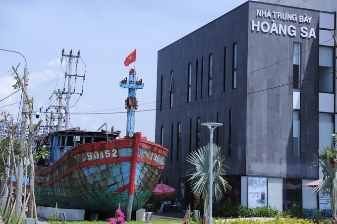 a fishing boat sunk in east sea vietnam asks china not complicate situation