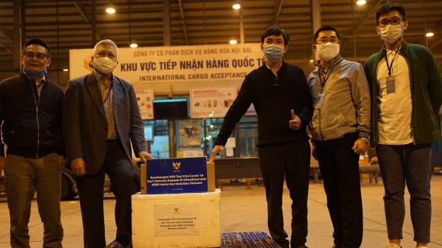 500 vietnamese manufactured covid 19 test kits arrived in indonesia