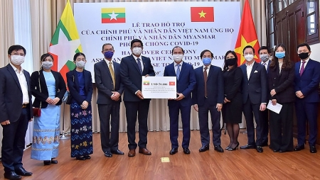 Vietnam delivers $50,000 to Myanmar for COVID-19 fighting