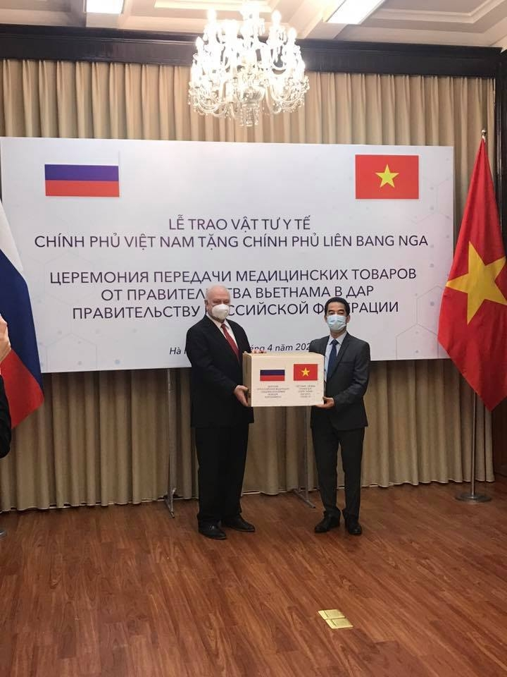 vietnam presents 150000 face masks to russia for covid 19 fight
