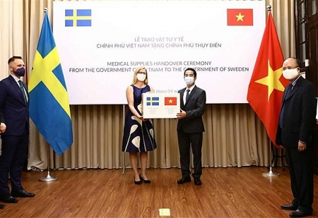 100,000 Made-in-Vietnam cloth face masks given to Sweden