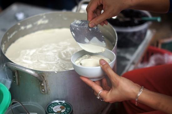 vietnamese sweet tofu pudding in syrup dessert