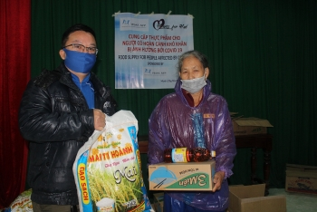 cancham vcf donate 5 tonnes of rice to 2000 families in need in hcm city