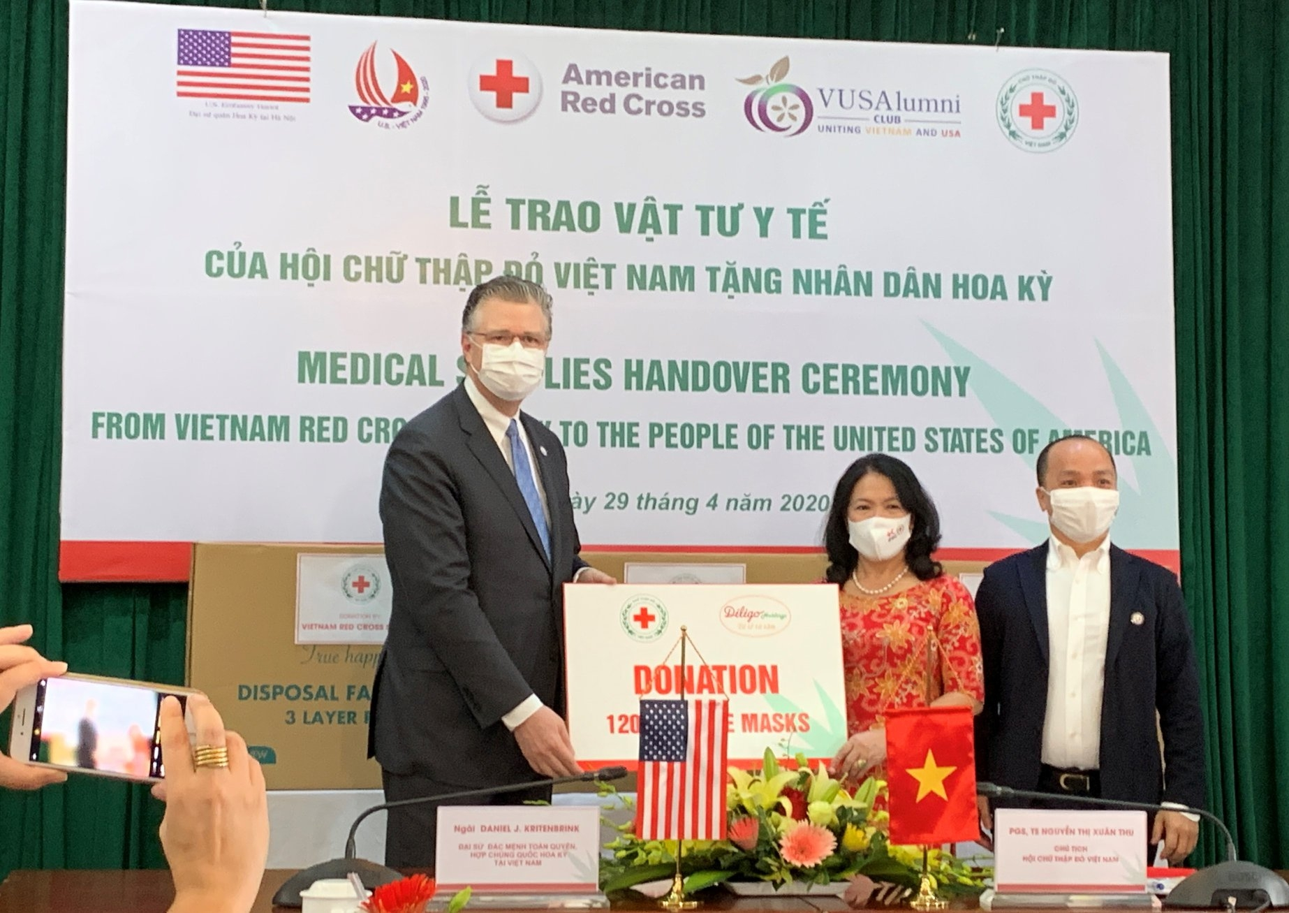 covid 19 fight 900 individuals organizations donate masks to us