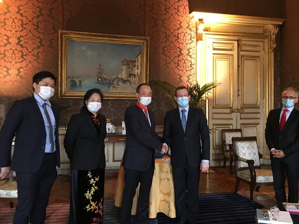 Vietnamese diplomat receives France's National Order of the Legion of Honour