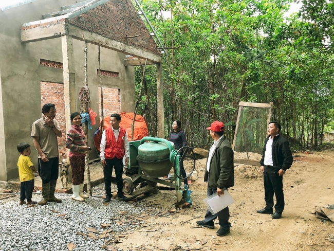 Quang Nam villagers get support to build back flood damaged houses