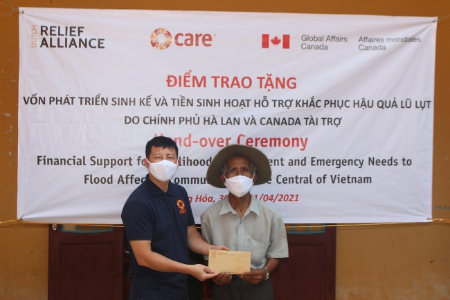 Lifesaving cash assistance to flood-affected locals in Quang Tri
