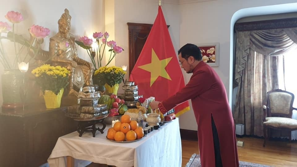 Ambassador Pham Cao Phong offers incense in commemoration of Hung Kings at Vietnam House in Canada. Photo: Vietnamese Embassy in Canada