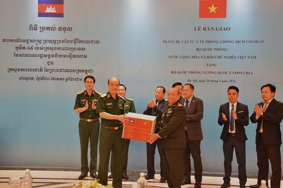 Vietnam's defense ministry presents medical supplies to Cambodia for COVID-19 fight