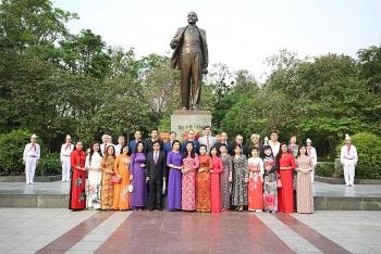 HAUFO, Hanoi's Vietnam-Russia Friendship Association lay memorial flowers at V.I.Lenin statue