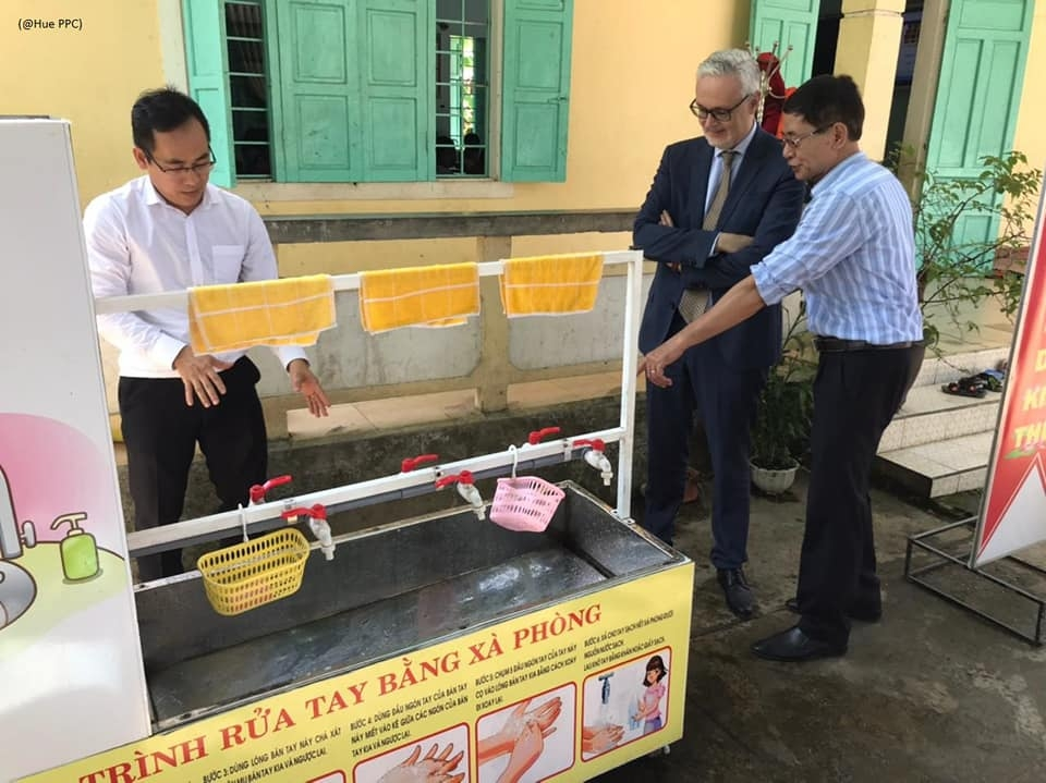 German embassy hands over mobile hand washing station to Hue's elementary school