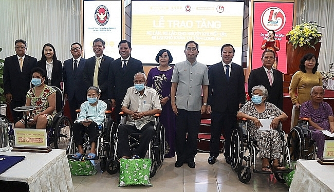 Thai Consulate General donates wheelchairs to disabled people in Long An