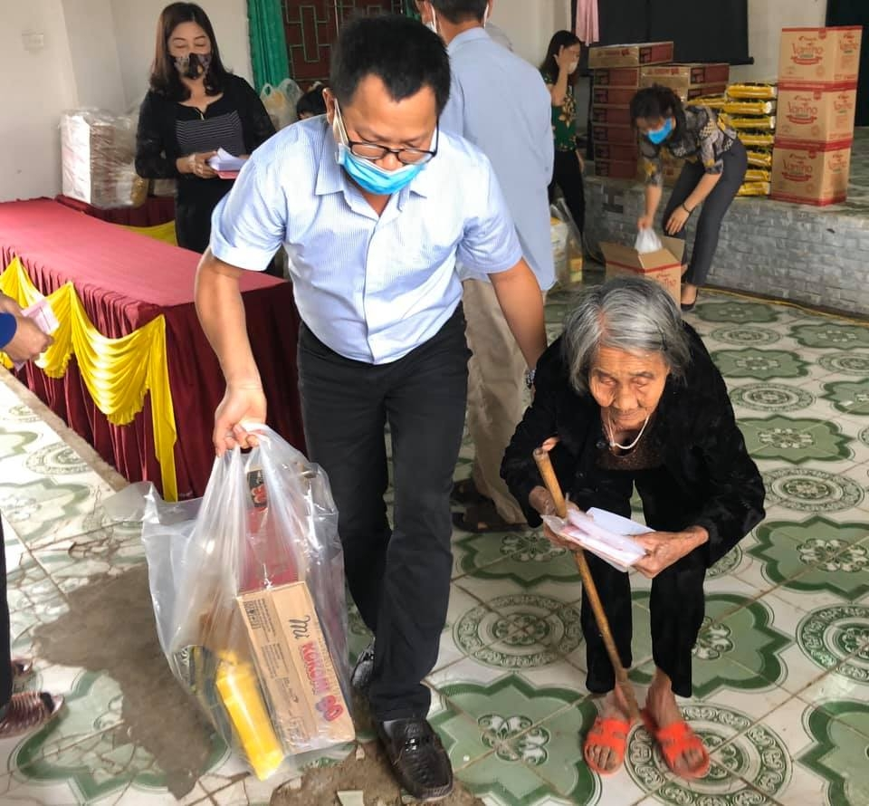 zhishan foundation helps disadvantaged households children amid covid 19