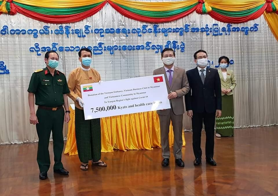 vietnamese community delivers over usd 5000 to myanmars yangon for covid 19 fighting