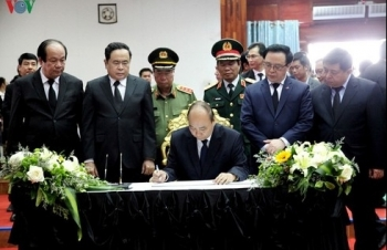 PM Nguyen Xuan Phuc pays tribute to former Lao leader