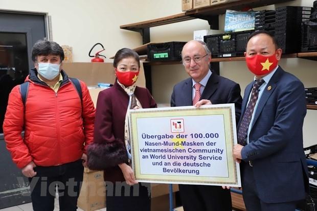 vietnamese citizens donates 100000 masks to 16 german states