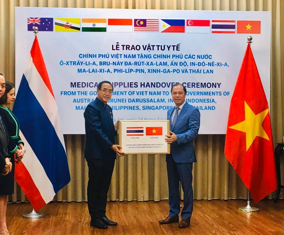 vietnam presents us 420000 medical supplies to eight more countries