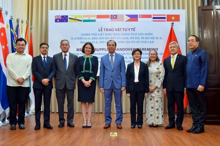 Vietnam presents US$ 420,000 medical supplies to eight more countries