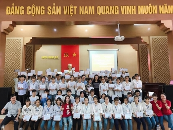 zhishan foundation awards scholarships to 700 poor students in two central provinces
