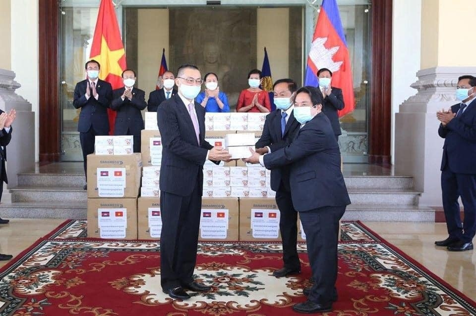 30000 masks from vietnamese na handed over to cambodia