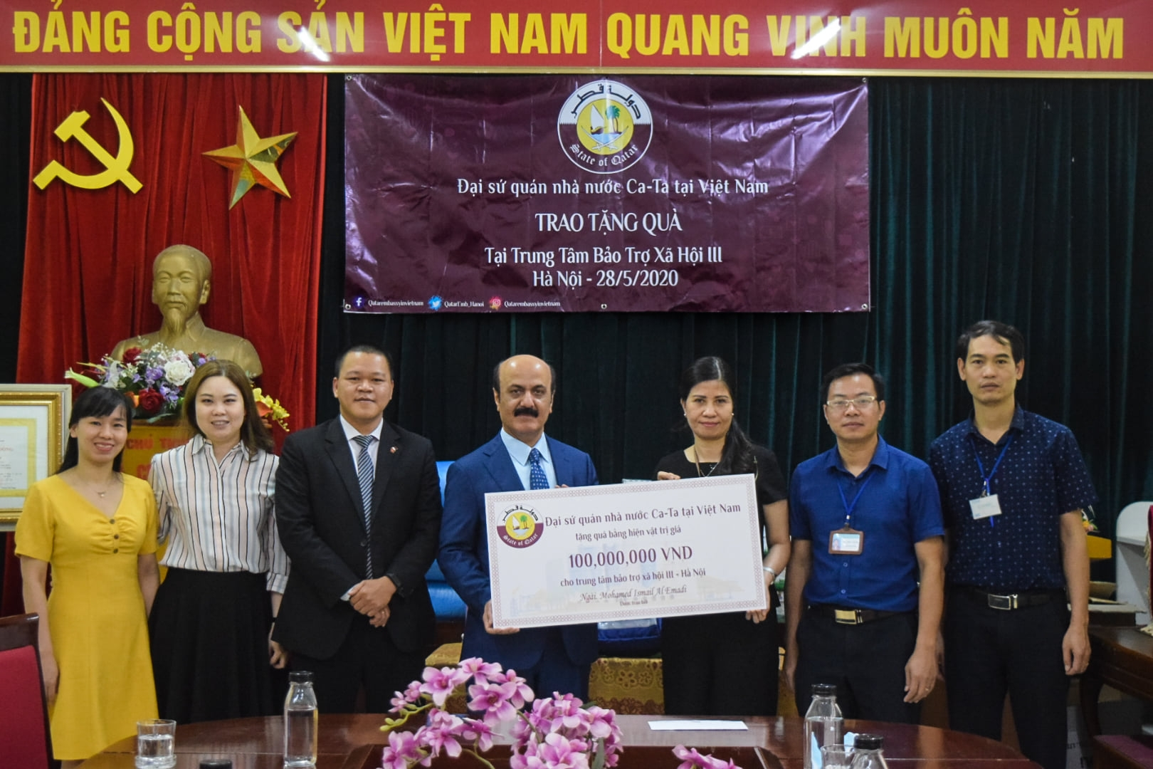 Qatar Ambassador presents orphan children and elderly in Hanoi surprising gifts