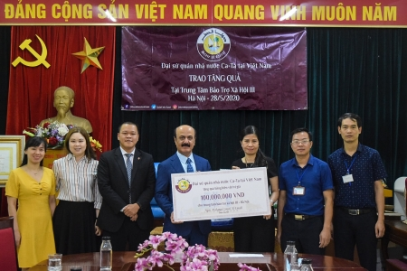 qatar ambassador presents orphan children and elderly in hanoi surprising gifts