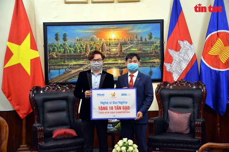 Vietnamese artist, association donates 15 tons of rice to support Cambodian people