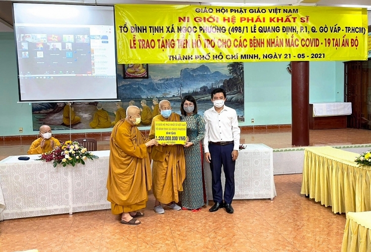 Handing over 50,000 masks from Vietnamese people to India