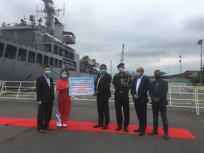 Vietnam gifts over 50,000 medical masks to India