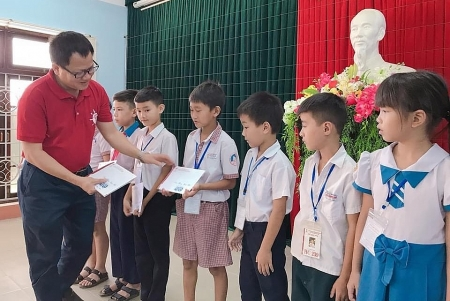 thua thien hue zhishan awards scholarships to over 500 poor students