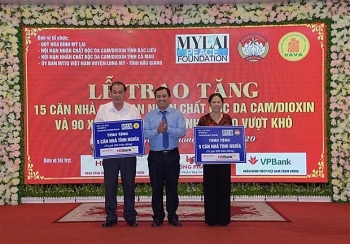 my lai peace foundation presents gifts to aodioxin victims and poor students in three provinces
