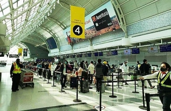 flight carrying over 300 vietnamese returns home safely from canada