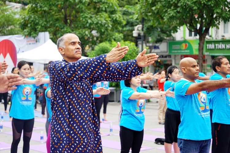sixth international day of yoga to take place in five vietnams localities