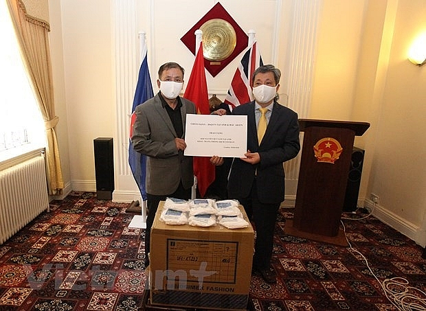 10,000 masks presented to Vietnamese in UK for COVID-19 prevention