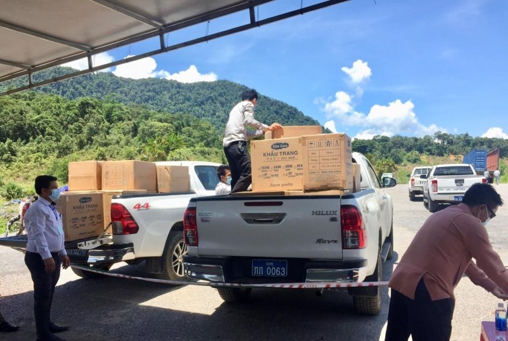Thua Thien - Hue Friendship Union aids medical supplies to help Lao Sekong and Salavan provinces