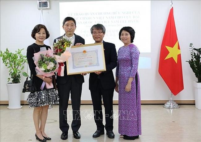 Vietnam presents friendship order to former S. Korean Ambassador Lee Hyuk