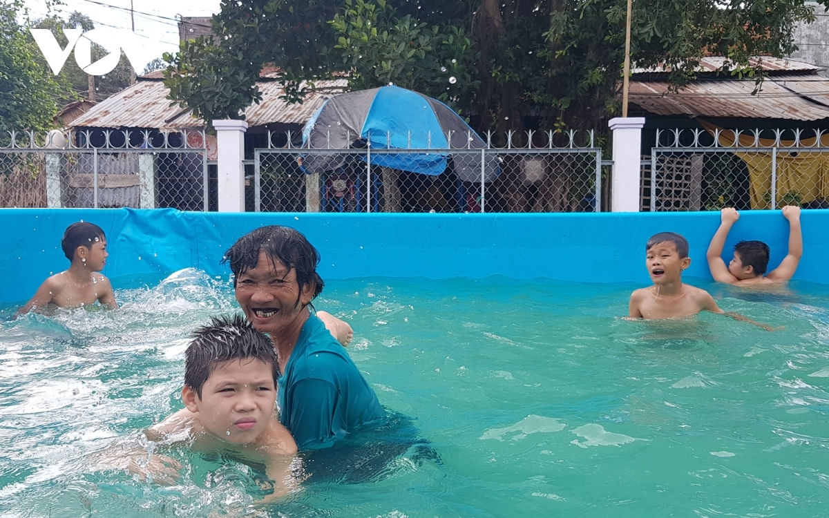 63-year-old woman teaches thousands of children to swim, honored by Forbes Vietnam