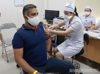 Foreign reporters and press assistants in Vietnam receive Covid shots