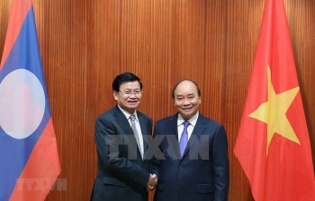 pm nguyen xuan phuc hold talks with lao counterpart